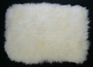 Tapis de luxe pour animal domestique 100 % peau de mouton avec dos matelassé (petite taille 51 cm x 33 cm)